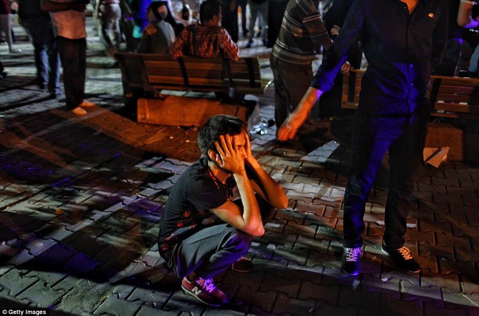 Parentes das vítimas de ataque bomba esperar fora Bakirkoy Sadi Konuk Hospital por notícias de seus entes queridos depois das explosões suicidas