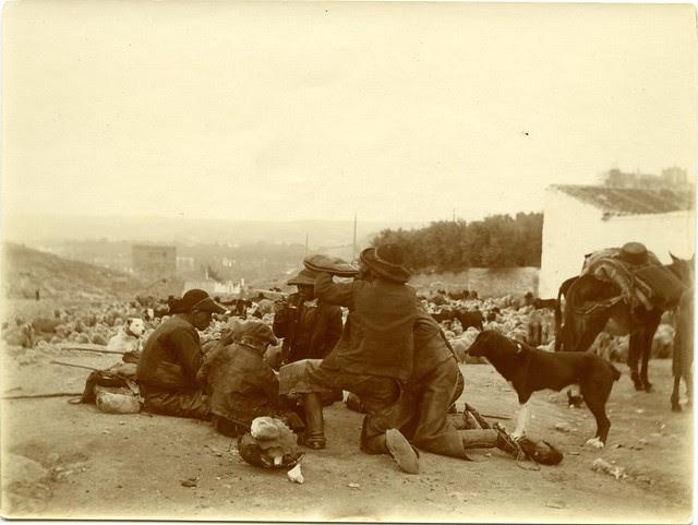 Pastores descansan junto a la Venta del Alma a principios del siglo XX. Fotografía de D. Pedro Román Martínez. Diputación de Toledo, Centro de Estudios Juan de Mariana