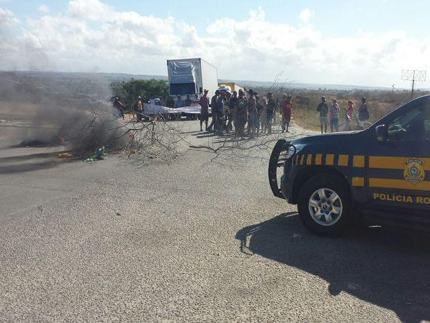 Manifestantes queimaram pneus no KM 3 da BR-101 (Foto: PRF/Divulgação)