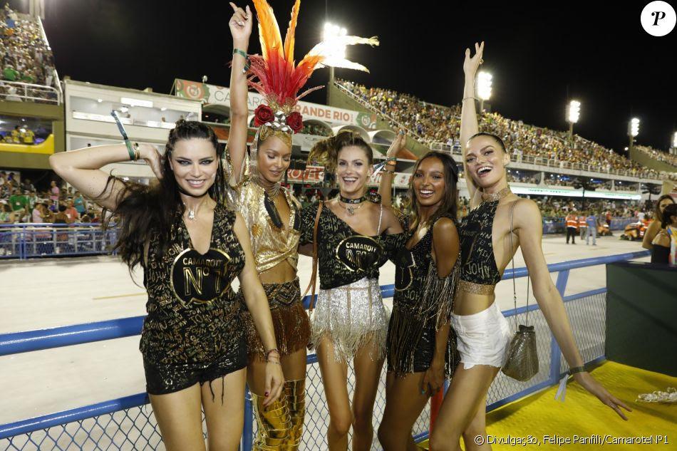 Laís Ribeiro, Adriana Lima, Carol Franceschini, Jasmine Tookes e Bárbara Fialho assistiram aos desfiles das escolas de samba do Grupo Especial