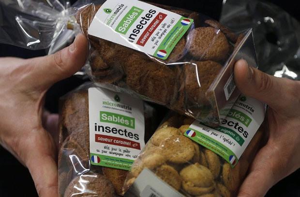 Biscoitos sortidos feitos a base de insetos também são oferecidos pela fabricante francesa (Foto: Regis Duvignau/Reuters)