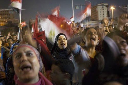 Mulheres egípcias em manifestação no Cairo, usada pelos militares como pretexto para golpe de Estado