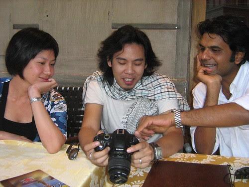 Vijay and Mui looking at Zahir's camera