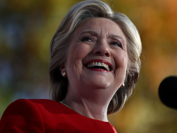 Hillary Clinton durante evento de campanha em Pittsburgh, na Pensilvânia, na segunda (7)  (Foto: Justin Sullivan/Getty Images/AFP)