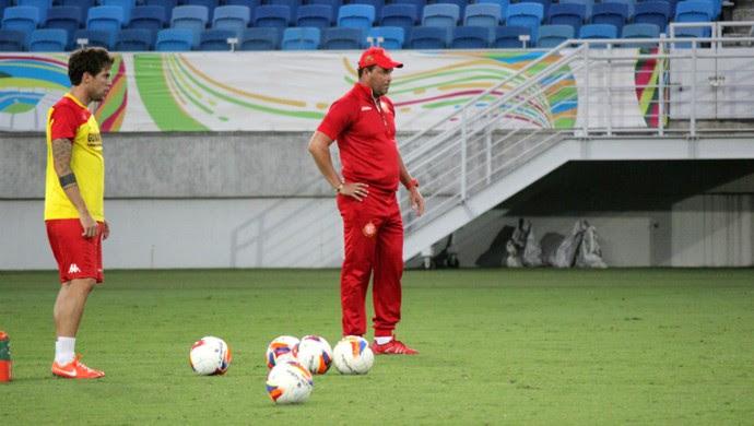 Bruno Farias, meia do América-RN - Roberto Fernandes, técnico do América-RN (Foto: Jocaff Souza/GloboEsporte.com)