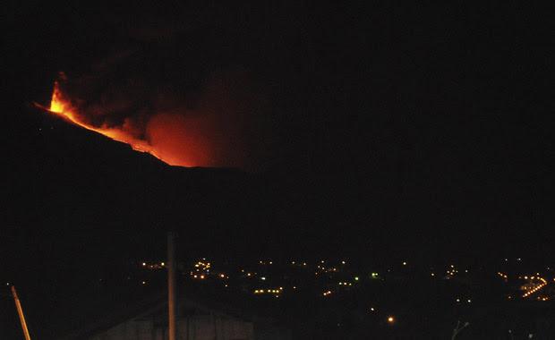 Lava escorre do vulcão Etna, na ilha italiana da Sicília, na noite deste sábado (30) (Foto: AP)