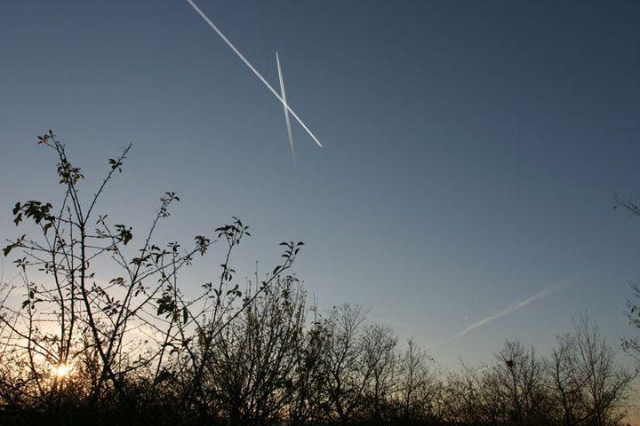 Čáry od letadel na obloze