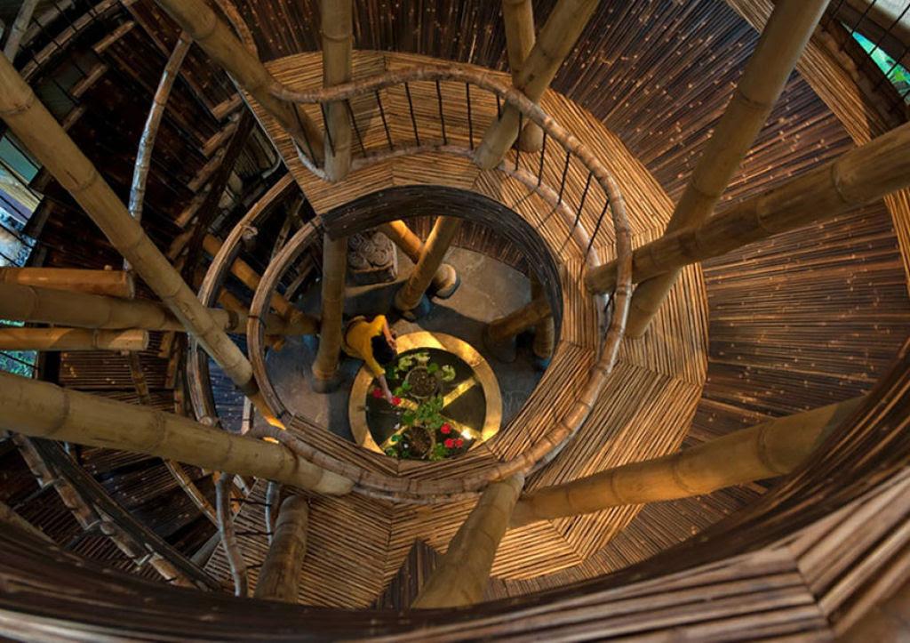 Deixou uma carreira bem sucedida para construir casas sustentáveis de bambú em Bali 08