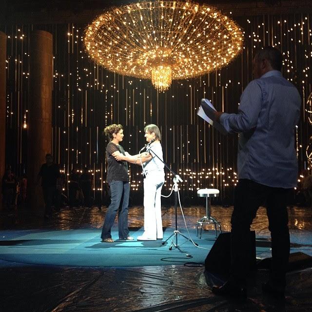 Fátima Bernardes postou uma foto do ensaio, no qual cumprimentou o cantor (Foto: Reprodução/Instagram)