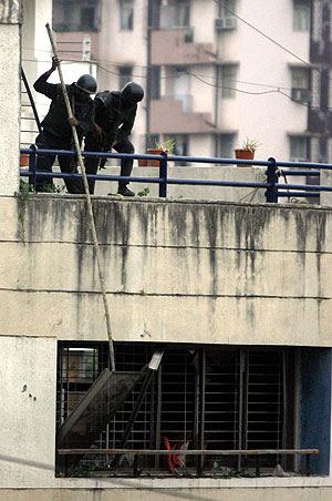 Fuerza de seguridad indias, en el centro Narimam. (Foto: REUTERS)