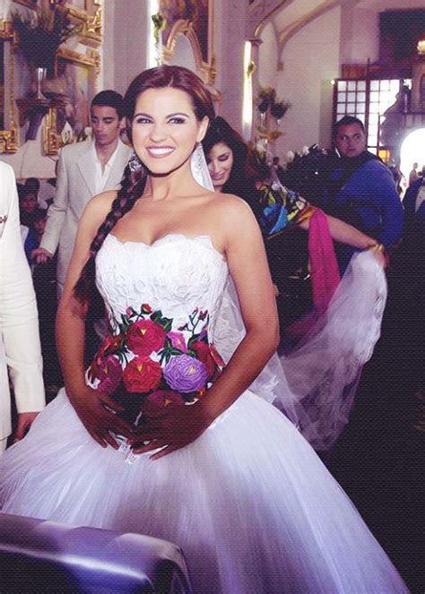 Maite Perroni vestido de novia con flores mexicanas