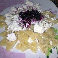 Makaron z białym serem i czarnymi jagodami