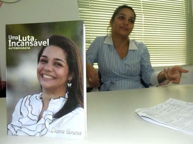 Psicóloga Cícera Bruna conta sua história de superação  (Foto: Rafael Barbosa/G1)