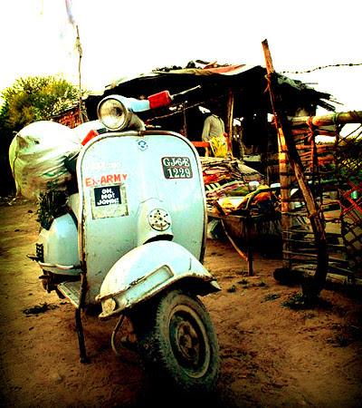 A nice Vespa in Baroda (India) with OH,NO!JOHN! by OH,NO!JOHN! - www.ohnojohn.com