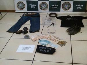 Material apreendido  na casa do suspeito de sequestro e estupro e apresentado na DAS (Foto: Polícia Civil/ Divulgação)