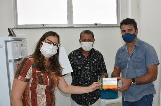 Prefeito de Retirolândia, Vonte, acompanha entrega dos imunizantes | Foto: Divulgação/Prefeitura