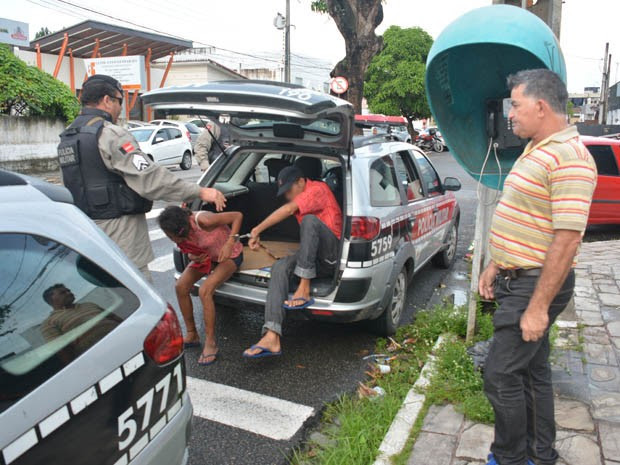 Policial à paisana acionou a PM para interromper o ato obsceno do casal (Foto: Walter Paparazzo/G1)