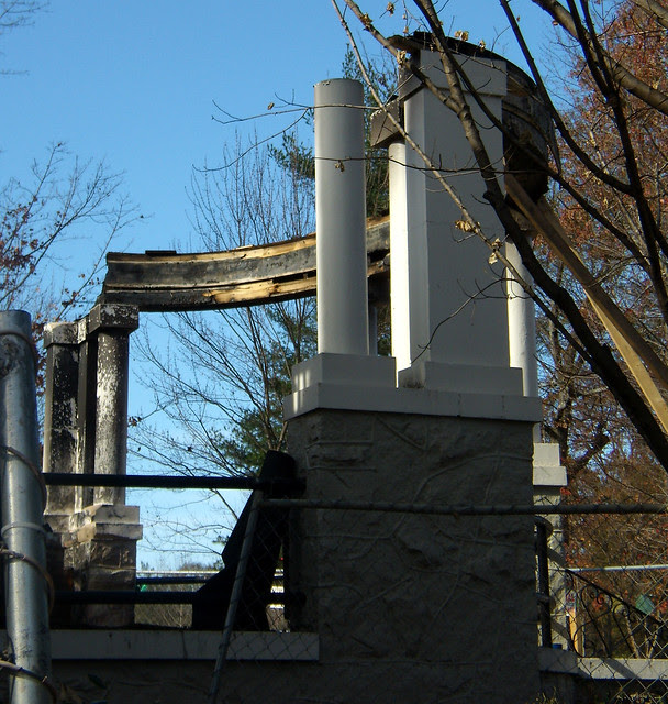 PB281986-2009-11-28-Goose-Burned-Paideia-School-North-Porch