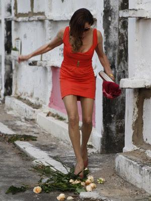 Com raiva, ela pisoteia as flores (Foto: Fina Estampa/TV Globo)