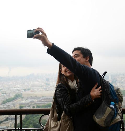 couple taking selfie eiffel tower