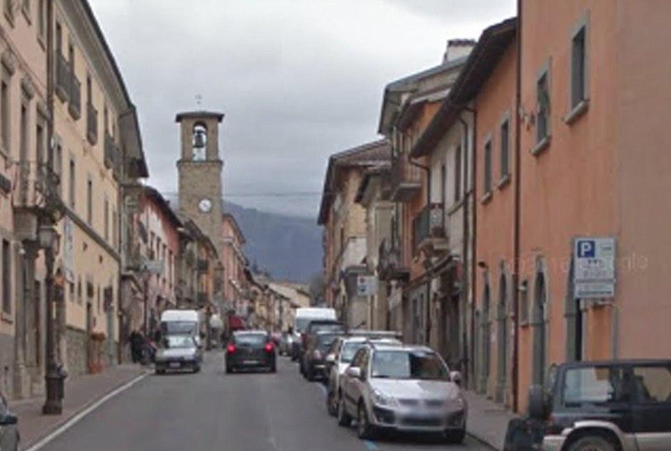 Um edifício do relógio já foi um elemento-chave na cidade de Amatrice (em cima) é agora uma das estruturas único remanescente em uma rua uma vez idílica (parte inferior)