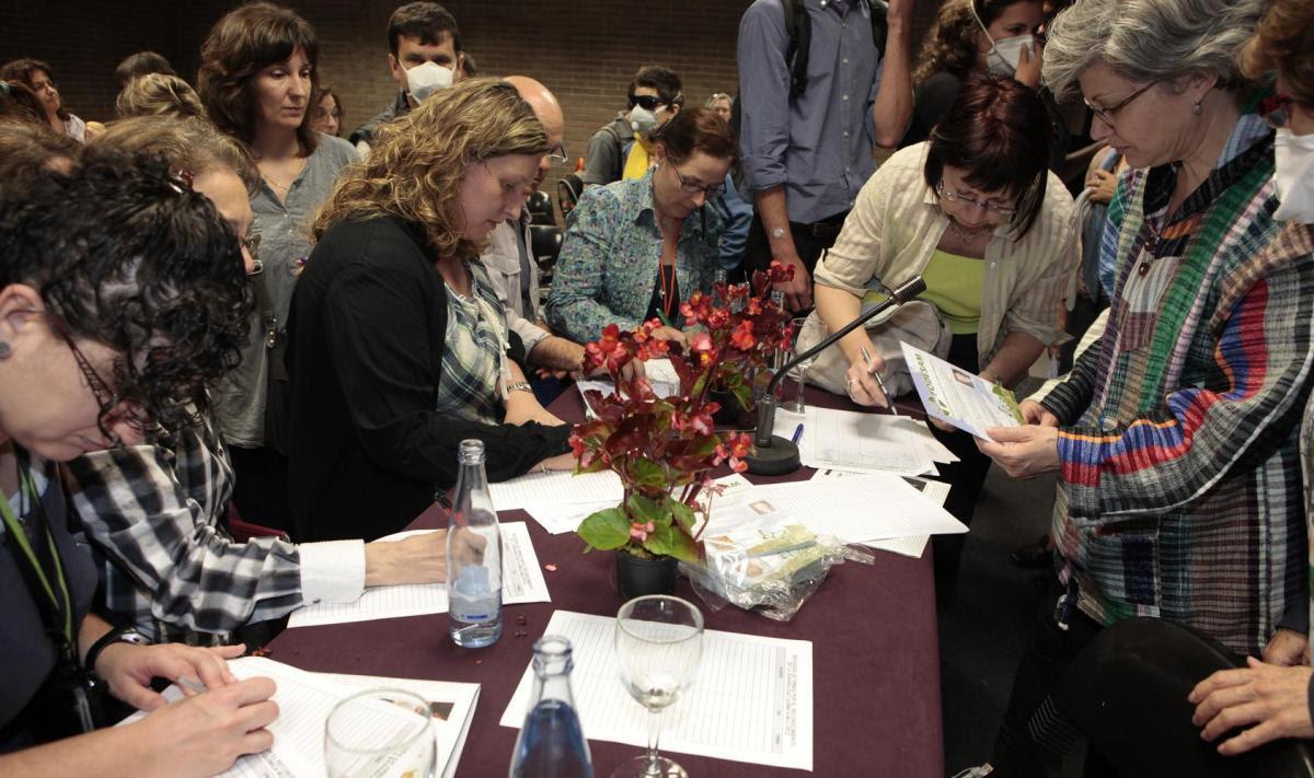 Firmando la campaña tras el acto (Foto:Vida Sana)
