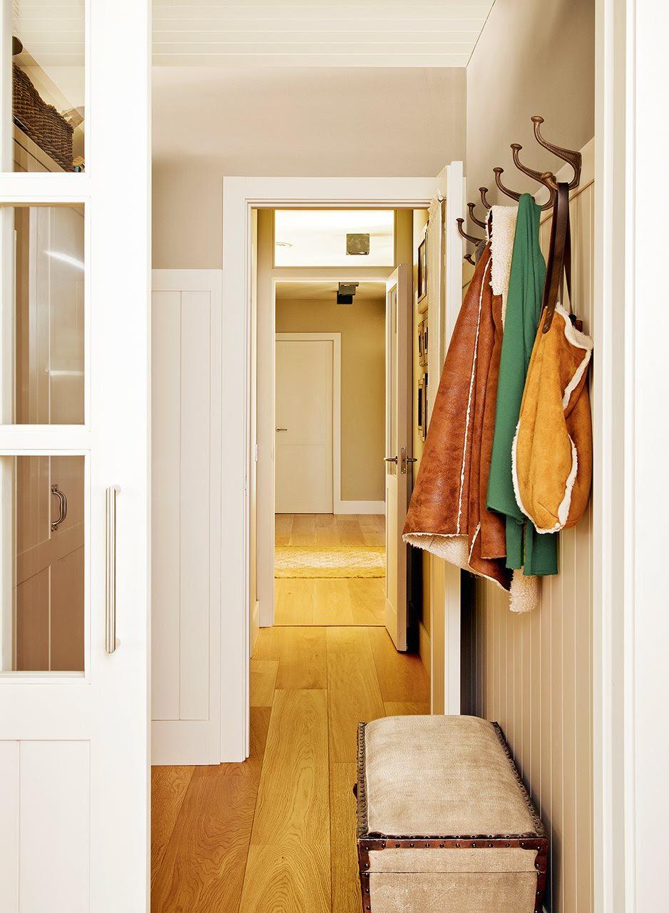 Recibidor con colgador para los abrigos y baúl a modo de banco. Abierto y aprovechado