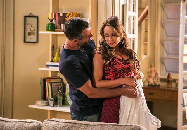 Tancinha (Mariana Ximenes) vê o vestido de noiva que Apolo (Malvino Salvador) trouxe para ela (Foto: Globo/Paulo Belote)