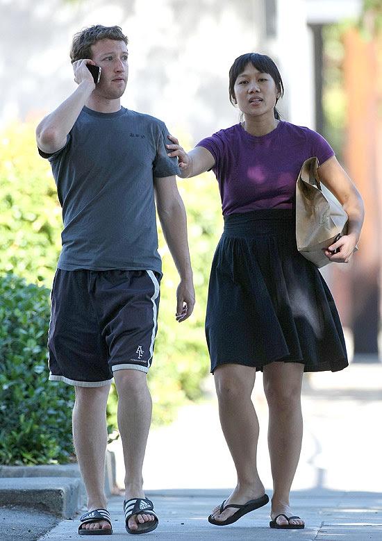 Mark Zuckerberg e Priscilla Chan perto da casa onde moram em Palo Alto