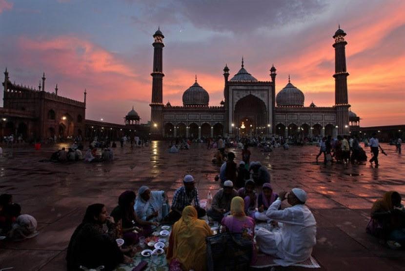 Muslim India berbuka puasa di pelataran Masjid Jama, New Delhi, India (Ilustrasi)