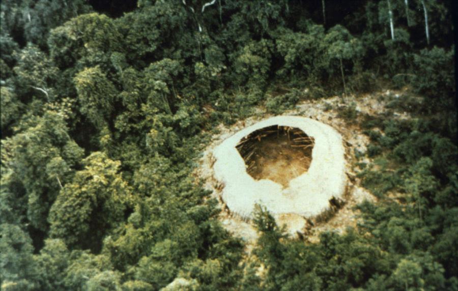 Juan Downey (1940–1993), Vista aérea de Tayeri, still de The Abandoned Shabono, 1978. Video transferido a digital, color, sonido, 27 min. Cortesía: Juan Downey Foundation