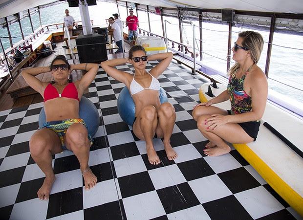 Instrutora Bianca Guimarães não dá moleza para as bailarinas durante aquecimento  (Foto: Raphael Dias/ TV Globo)