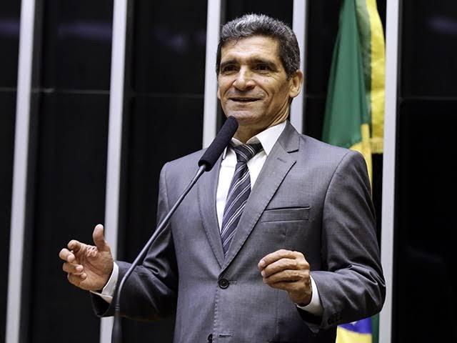 COM DINHEIRO PÚBLICO: Deputado confecciona 250 mil jornais para pescadores semianalfabetos