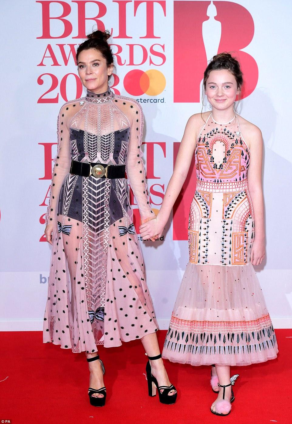 Corresponde com a mãe: Anna Friel traz a filha como graça, Gracie, 12, como seu convidado para os BRITs ... como o par chegar em conjuntos de conjuntos rosa e preto parecidos.