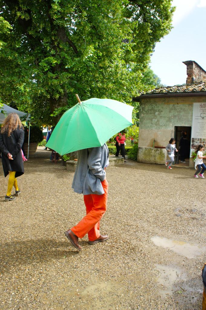 E adivinhem quem está em baixo deste guarda-chuva?...