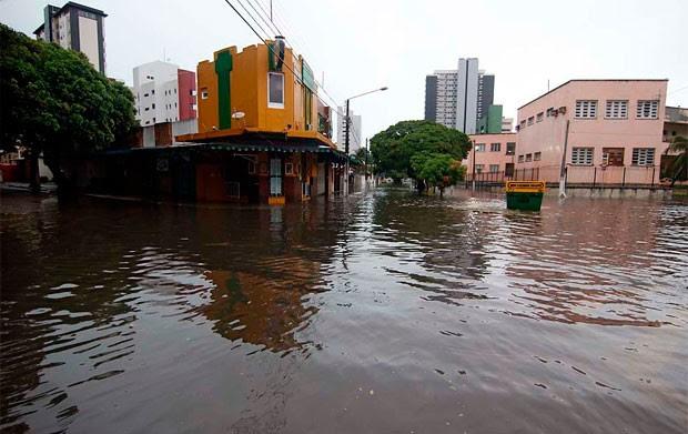 Segundo a Defesa Civil, capital potiguar tem 9 pontos de alagamento; água também se acumulou por ruas e avenidas de Petrópolis, na zona Leste da cidade (Foto: Canindé Soares/G1)