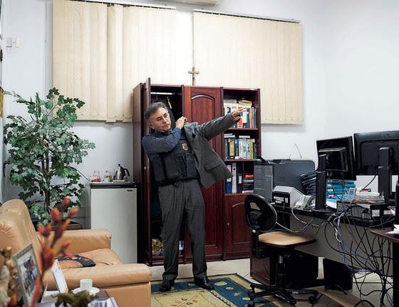 O juiz Odilon vste colete a prova de balas (Foto:  Emiliano Cpozoli/ÉPOCA)