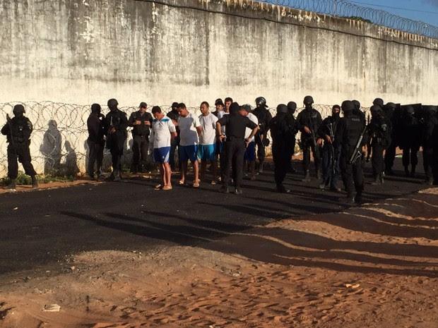 Novos detentos são retirados de Alcaçuz (Foto: Divulgação/GOE)