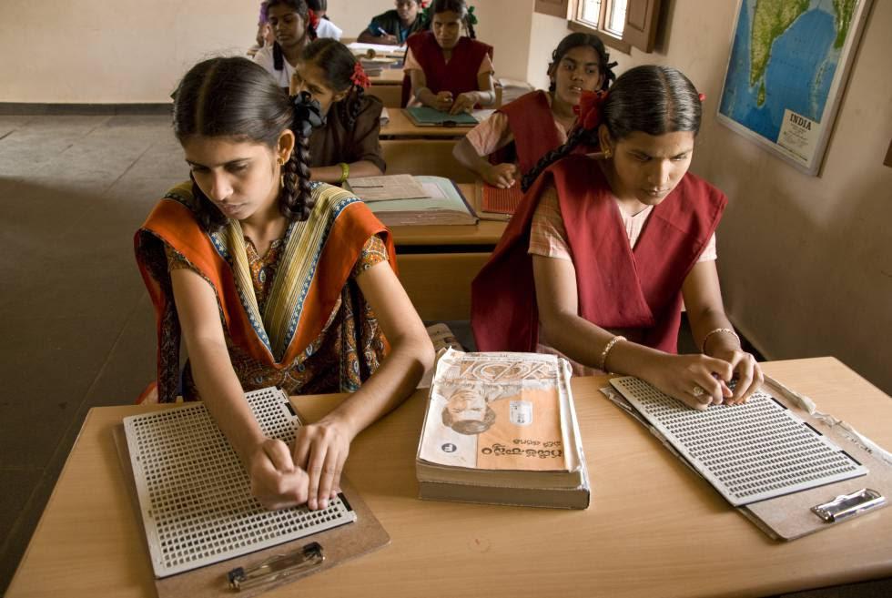 Dos niñas ciegas aprenden a leer en una de las escuelas de Vicente Ferrer.
