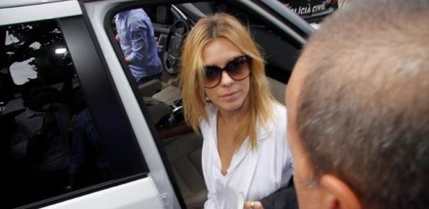 Carolina Dieckmann chega para prestar depoimento em delegacia, no Rio (7/5/12). Fotos da atriz também foram parar no site da Cetesb-SP