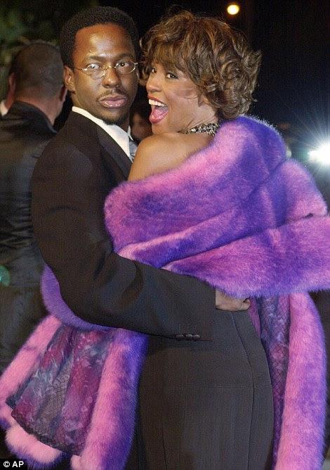 Um romance nasceu: Whitney casou com ex-membro Edição Nova e alma cantor Bobby Brown em 1992