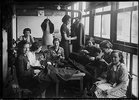 Foto 08: Modistillas En el taller Yoldi. Hacia 1936. (AMVG YAN-13x18-109.23)
