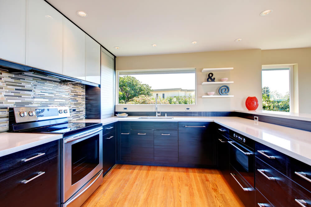 Grande cuisine en forme de U avec armoires inférieures noires