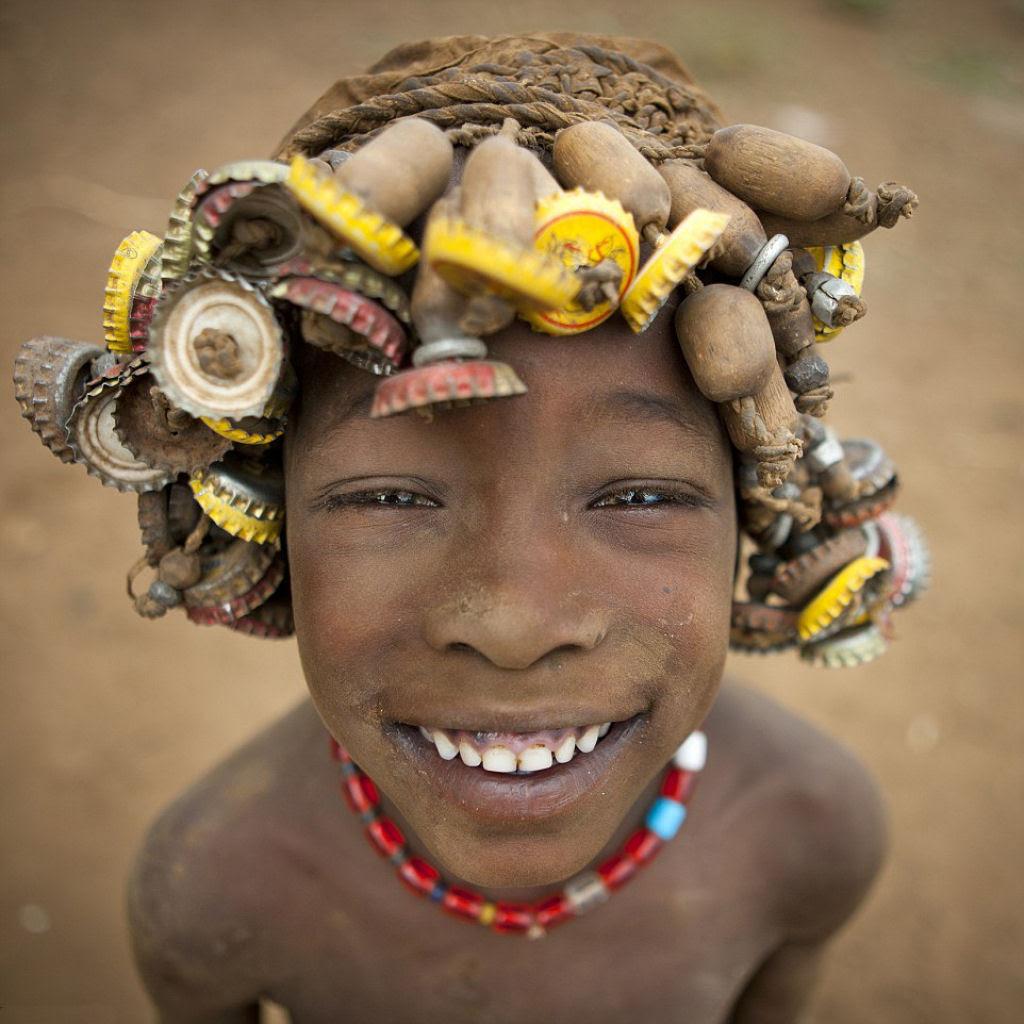 Tribo etíope recicla descartes do mundo moderno em acessórios de moda 02