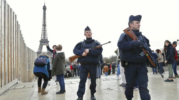 Cảnh sát dưới chân Tháp Eiffel, Paris