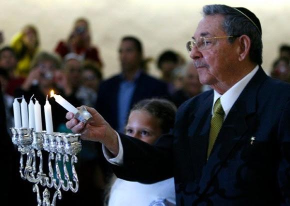 Raúl encendió la primera vela de la celebración judía.  Foto: Ismael Francisco