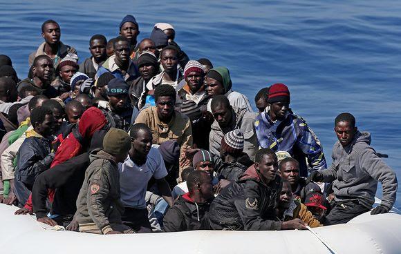 Italian rannikkovartioston pelastamia pakolaisia saapumassa Italiaan huhtikuussa.