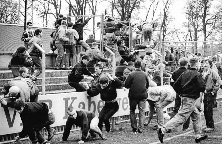 File:Bundesarchiv Bild 183-1990-0414-009, FDGB-Pokal, 1. FC Lok Leipzig - Dynamo Schwerin, Ausschreitungen.jpg