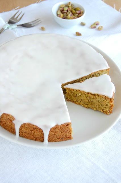 Lemon-frosted pistachio cake / Bolo de pistache com cobertura de limão siciliano