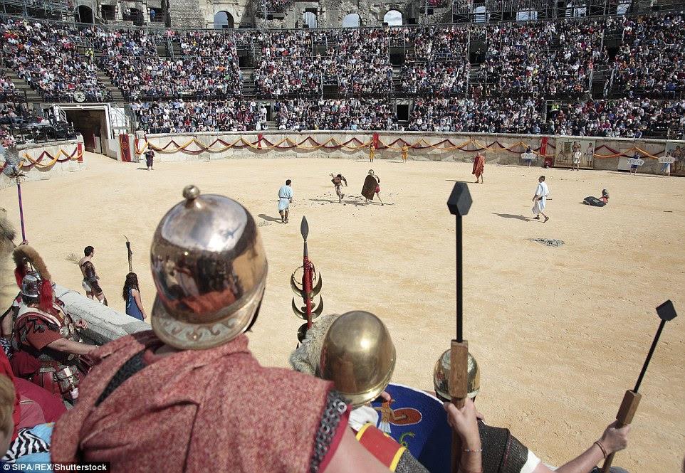 Mais de 500 voluntários vieram de toda a Europa para atuar no evento, que é colocado sobre a atrair turistas interessados em história romana